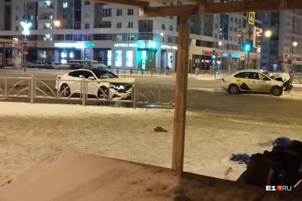 У обеих машин разбита передняя часть кузова
