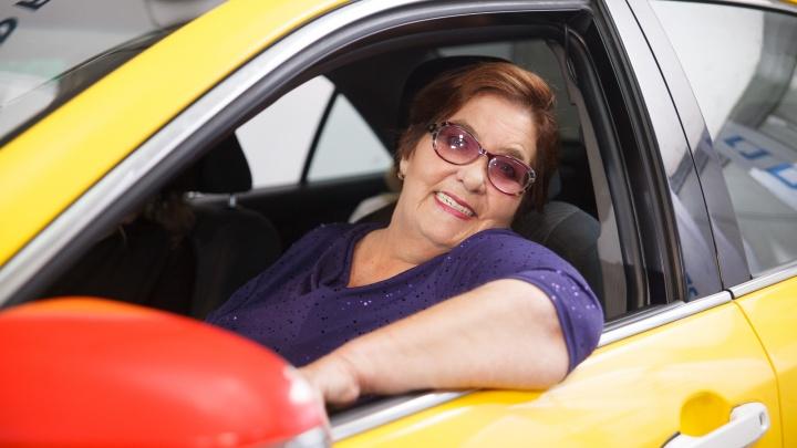 «Дед научил меня нежно относиться к машине»: интервью с бабушкой — водителем такси