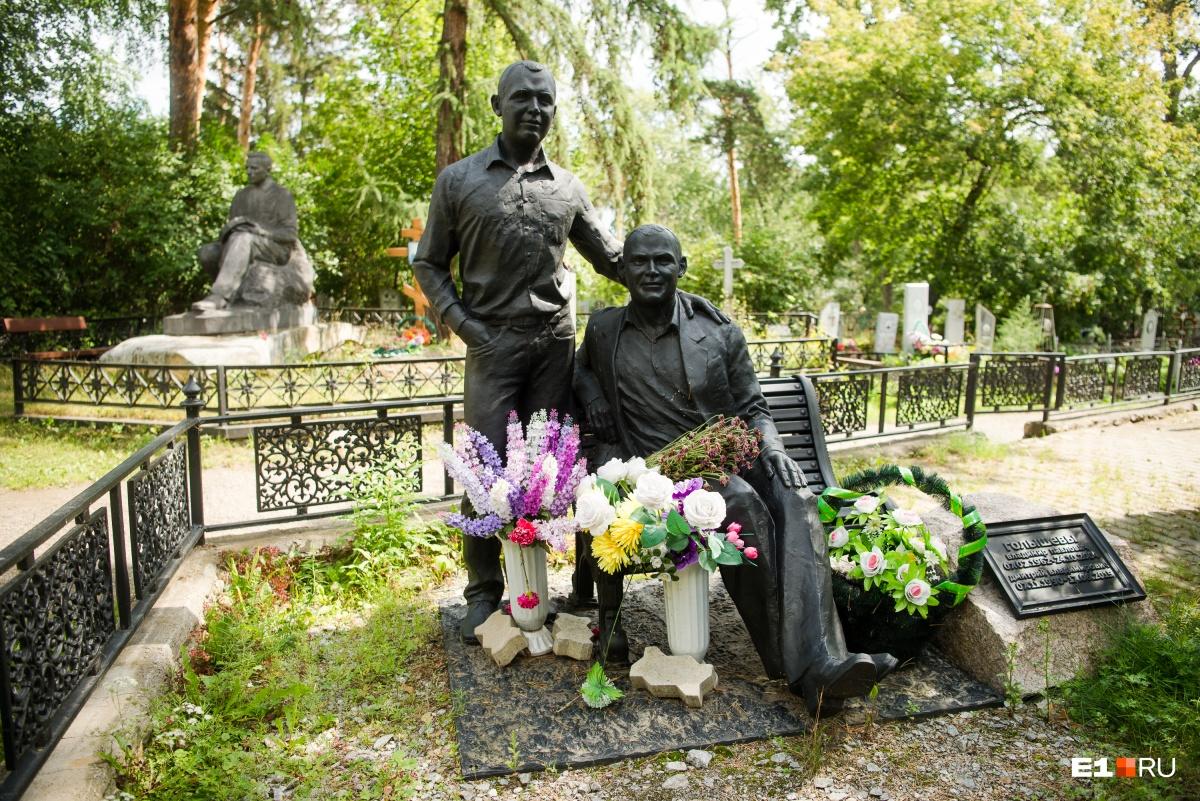 Эти памятники, хоть и похожи на другие, на кладбище появились не так давно