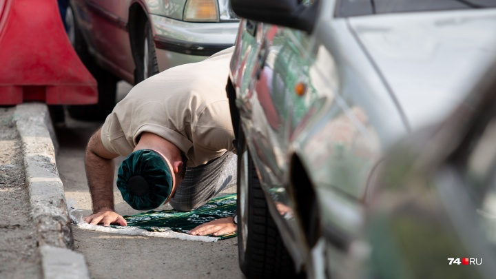 Плов, утренние нашиды и молитва среди машин: как челябинские мусульмане отметили Ураза-байрам