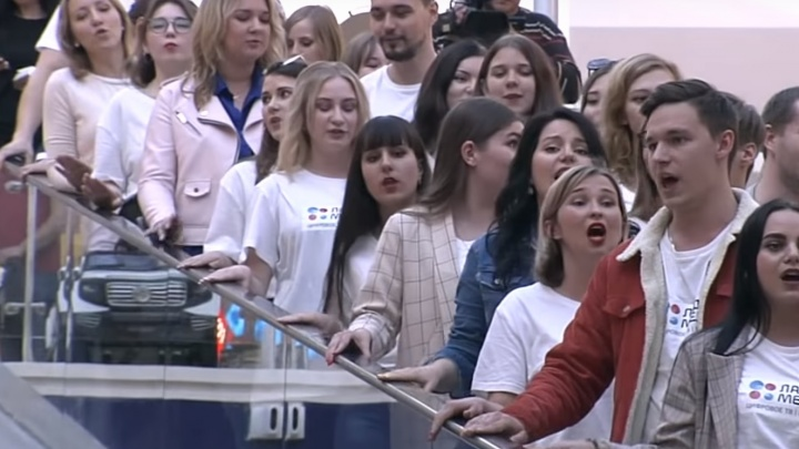 Хор на эскалаторе: тольяттинцы устроили флешмоб в ТЦ «Парк Хаус»