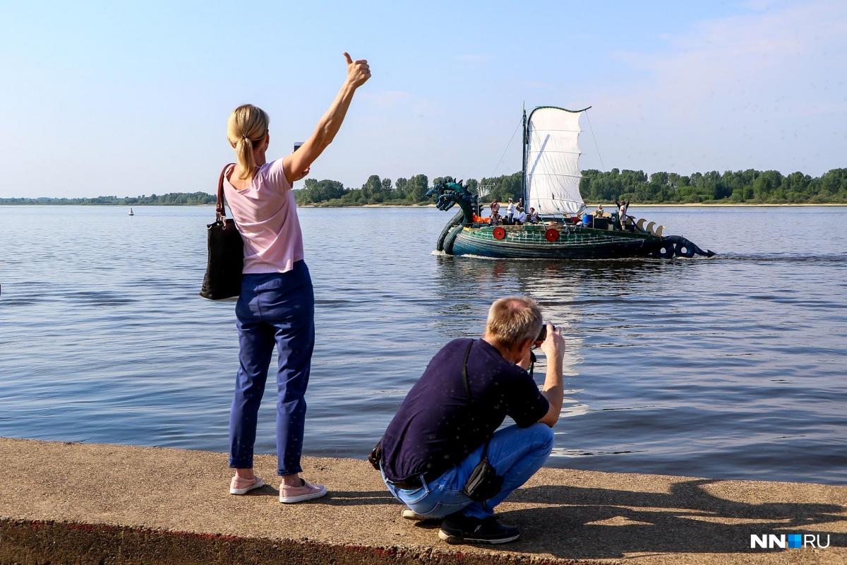 Нижегородцы встречали варягов и снимали на смартфоны необычное судно