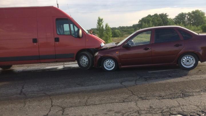 «Оглушительная пробка»: на трассе Волгоградской области фургон протаранил легковушку