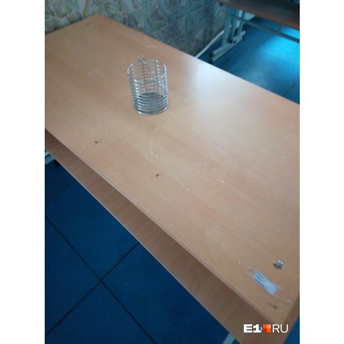 В столовой везде мухи