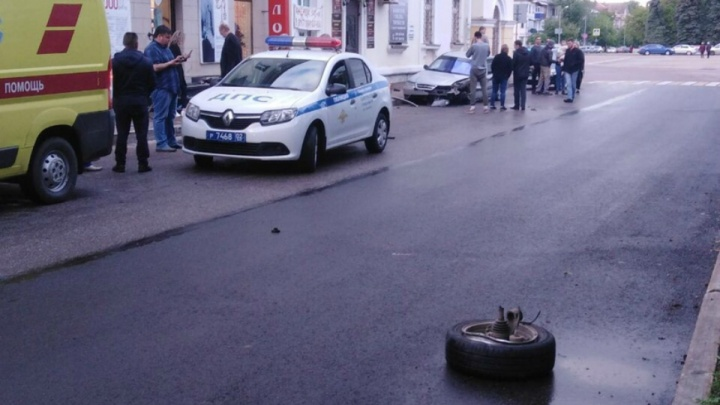 «Пролетел прямо по площадке»: в Башкирии пьяный лихач устроил ДТП рядом с репетирующими выпускниками