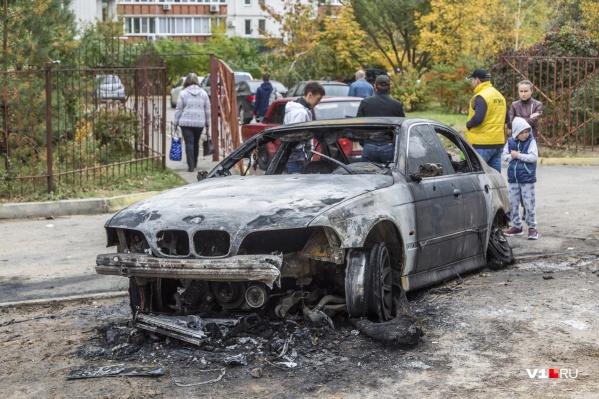 Старенькая BMW сгорела полностью