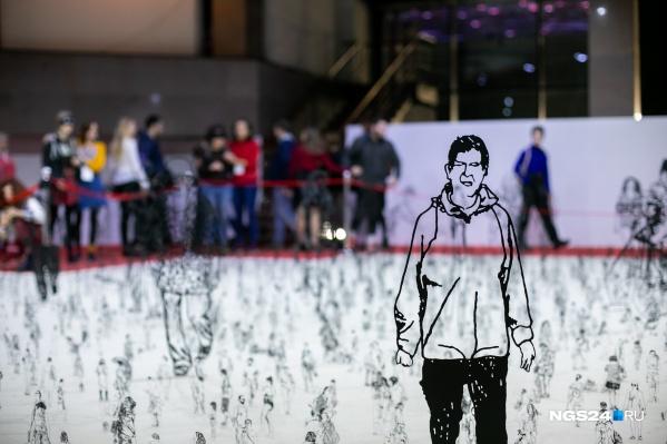 Масштабная инсталляция израильско-британского скульптора Цадока Бен-Давида. Работа состоит из 5 тысяч фигур реальных людей, созданных по фотографиям и перенесенных на алюминий