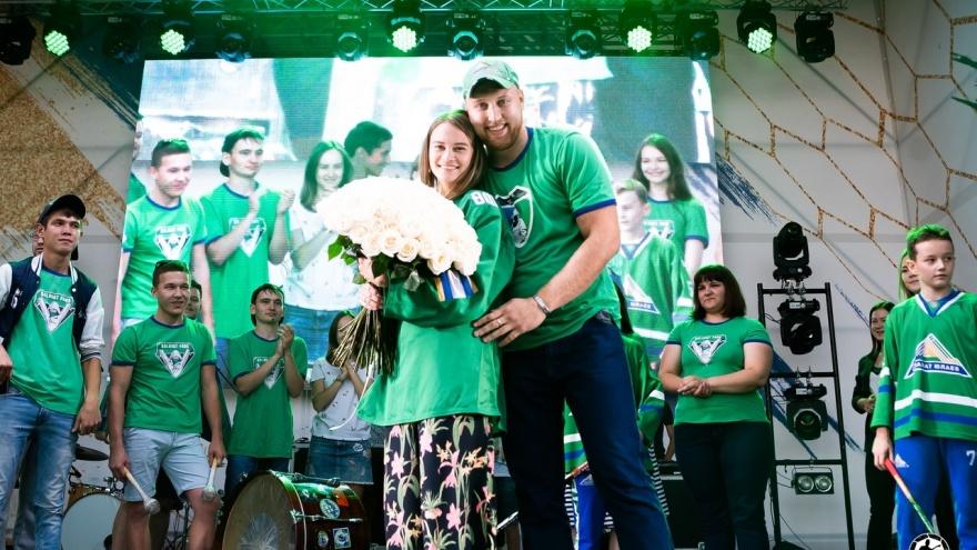Лидер фанатов «Салавата Юлаева» сделал предложение возлюбленной на глазах у 42 тысяч уфимцев