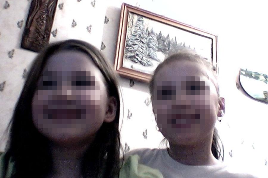 На странице девочки во «ВКонтакте» всего два снимка, на одном из которых она, вероятно, с подружкой или сестрой...