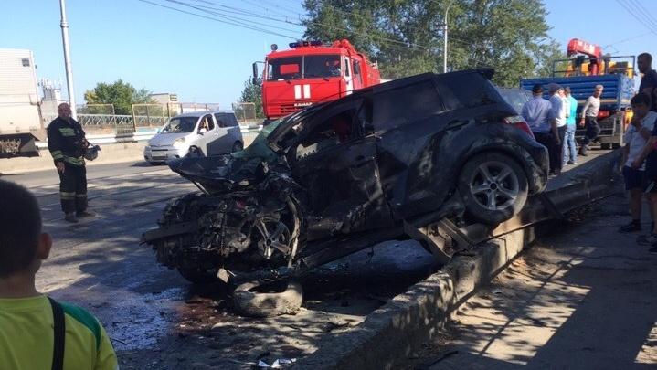Двух водителей увезли в больницу после жёсткого ДТП на горбатом мосту
