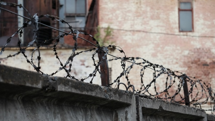 В Березниках осудили 49-летнего мужчину. Он принуждал школьницу употреблять наркотики