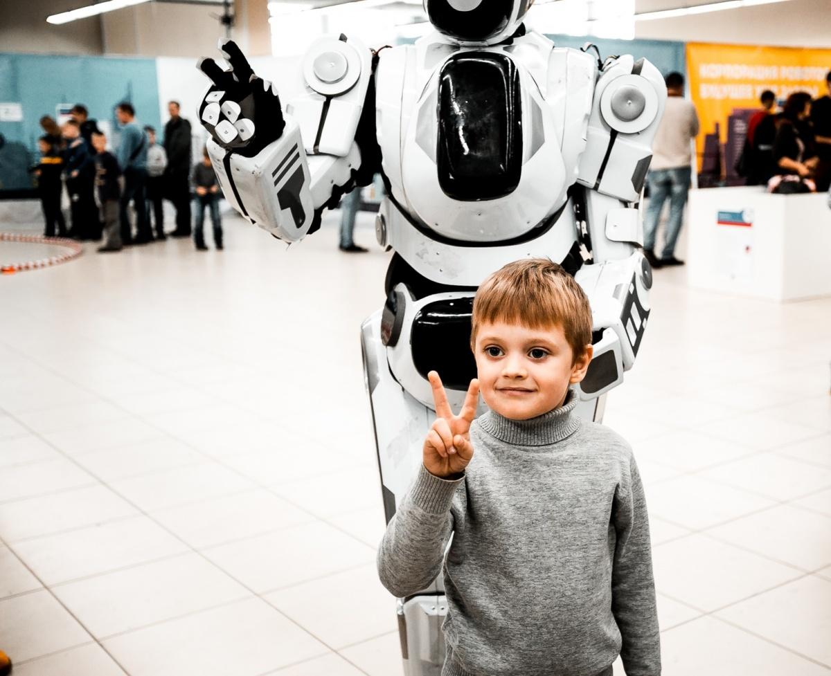 У новосибирских школьников появилась возможность пообниматься с роботами