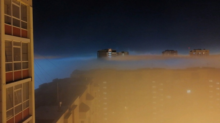 Красноярцы засняли висячий над крышами высоток в «Северном» туман. Разбираемся в природе явления