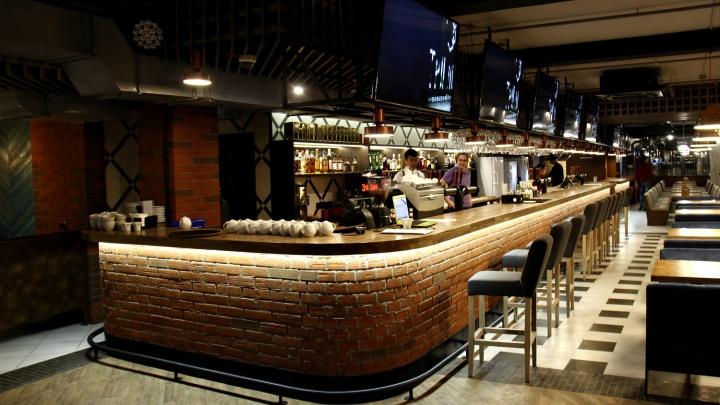 В подвале ТЦ на площади Маркса открылся огромный бар с пивоварней и концертами