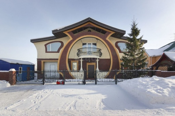 Фасад дома и беседка (справа) выполнены в едином стиле