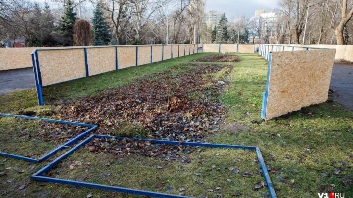 «Рассчитываем, что сезон будет ранним»: в Волгограде собирают «коробки» для катков