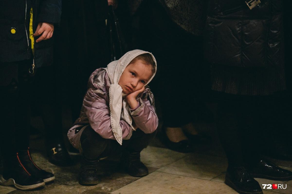 Малышка отстояла почти всю ночную службу, но под конец не выдержала и решила изобразить васнецовскую Аленушку