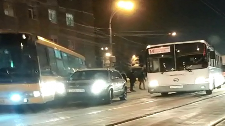 Авария с участием автобуса заблокировала проезд по Сибиряков-Гвардейцев