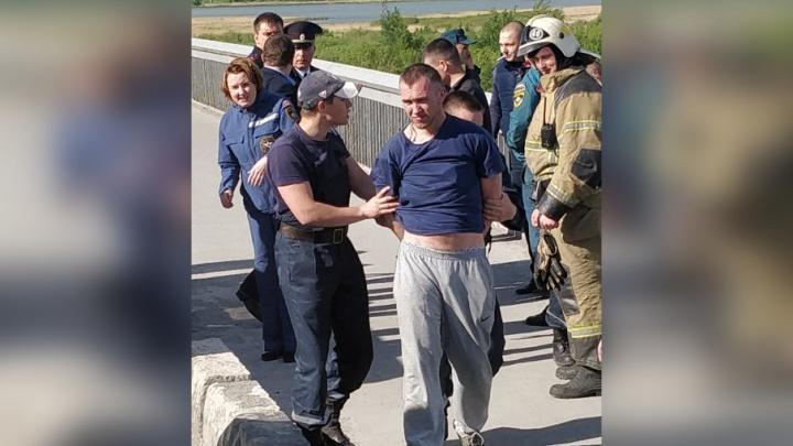 Был нетрезв и хотел спрыгнуть из-за женщины: подробности инцидента на Профсоюзном мосту