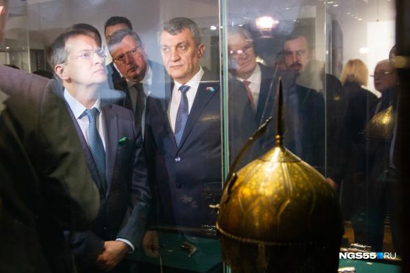 Экспозицию, приехавшую в Омск из Эрмитажа, первыми увидели губернатор Бурков, министр культуры Мединский и другие высокопоставленные посетители<br>