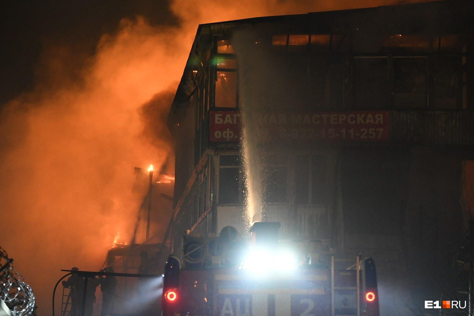 В сгоревшем здании находились офисы небольших компаний, в том числе багетные мастерские