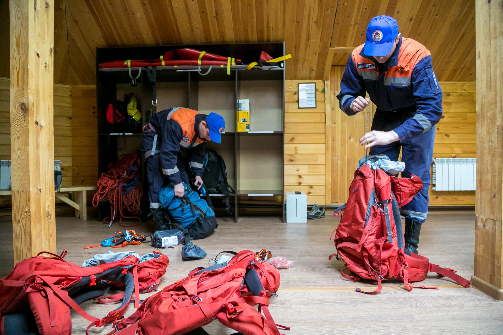 Перед патрулированием спасатели собирают альпинистское снаряжение