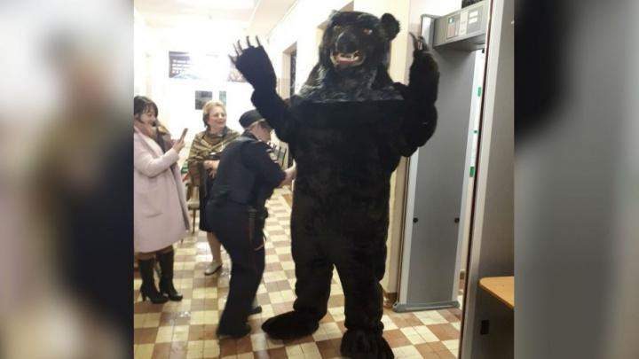 Супермен, медведь и леди в красном: самые экстравагантные избиратели в Ярославле