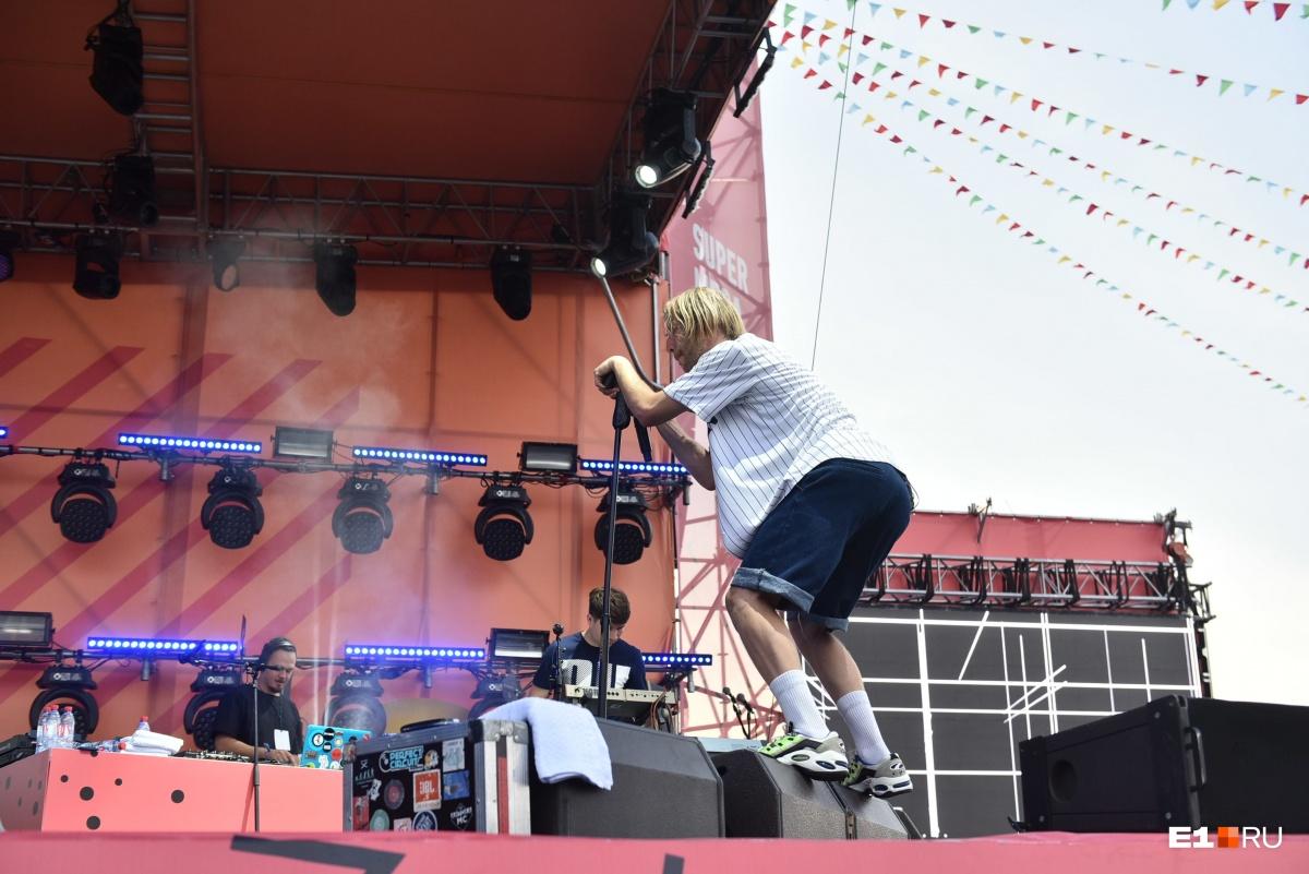Иван скакал по сцене