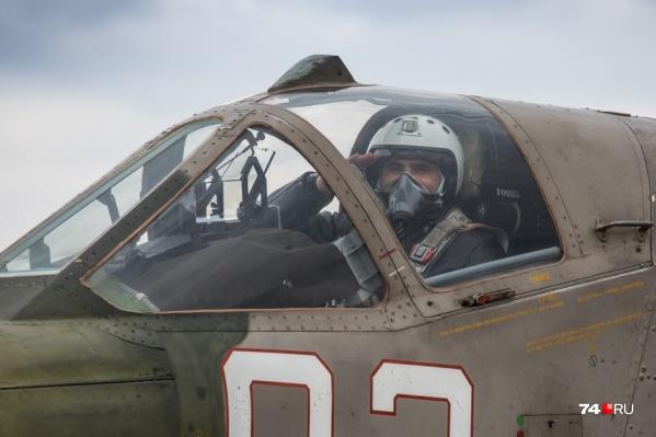2 февраля авиационному полку торжественно вручили орден Суворова