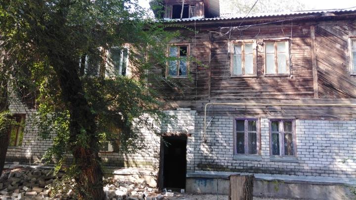 «Проснулись от страшного грохота»: в рассыпающемся доме на юге Волгограда обвалился кирпич