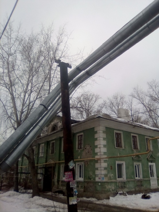 Упавшие трубы находятся буквально в метре от дома. Повезло, что никто не пострадал