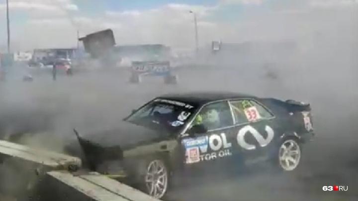 Не вписался в поворот: в Самаре у «Амбара» автомобиль разбился во время дрифт-шоу