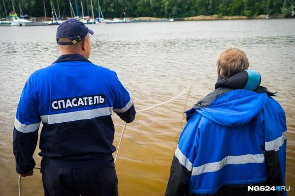 Спасатели помогли эвакуировать людей с лодки