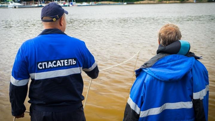 Два человека застряли на катере посреди залива Бирюса