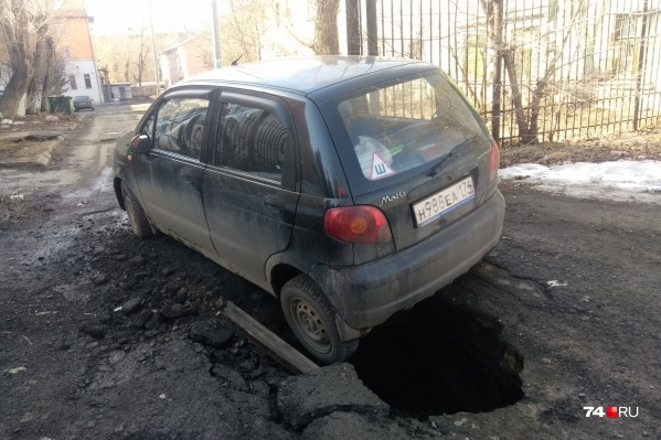 Женщина пыталась заехать во двор дома на улице Машиностроителей, когда под ней провалился асфальт