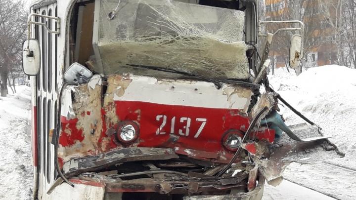 В Самаре на Демократической один трамвай протаранил другой