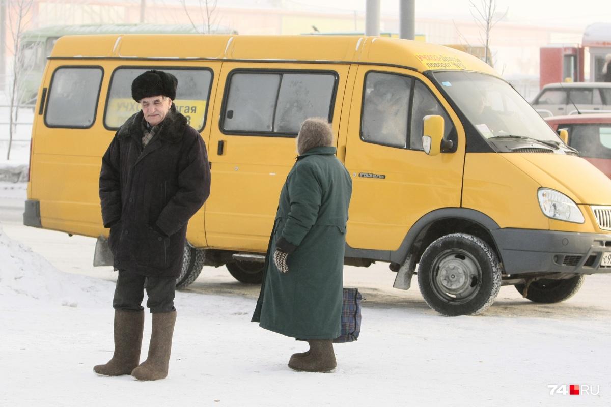 Водитель заявил, что только помог пожилой женщине выйти на нужной ей остановке