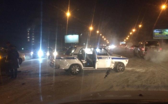 У машины полиции после столкновения повреждена правая сторона