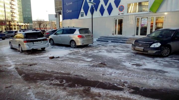 На площади Маркса перегородили парковочные места — НГС узнал почему