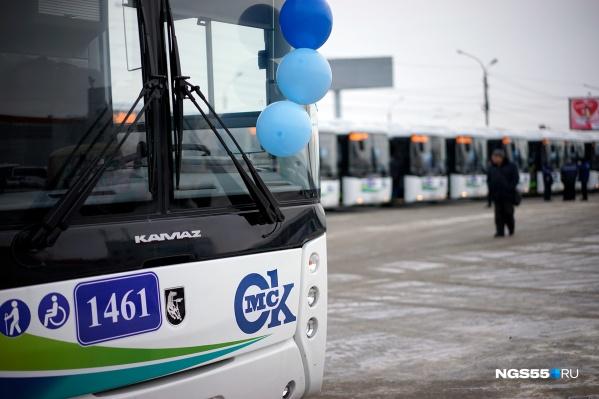 Новый автобус призывно манит пассажиров синими шариками