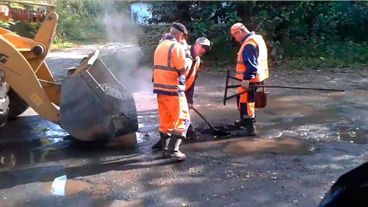 Дорожники насыпали асфальт в лужу во время ремонта в Первомайском районе