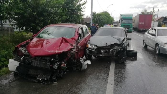 Nissan после столкновения с прицепом фуры Volvo откинуло обратно на свою полосу