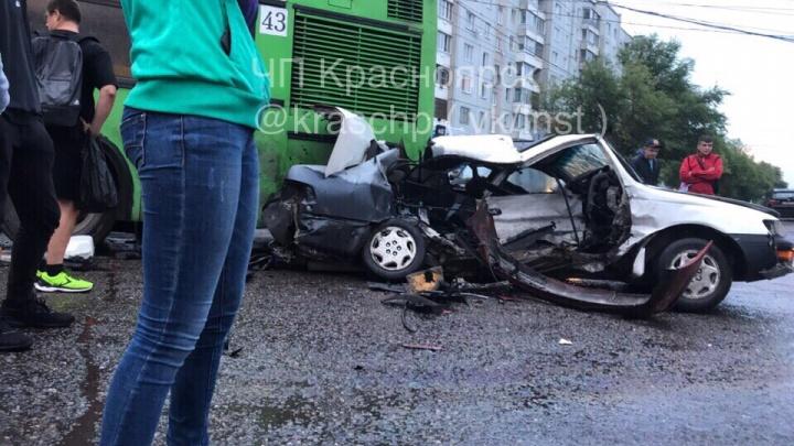 Несовершеннолетний на «Рено» вмял «Тойоту» в автобус. Водитель погиб