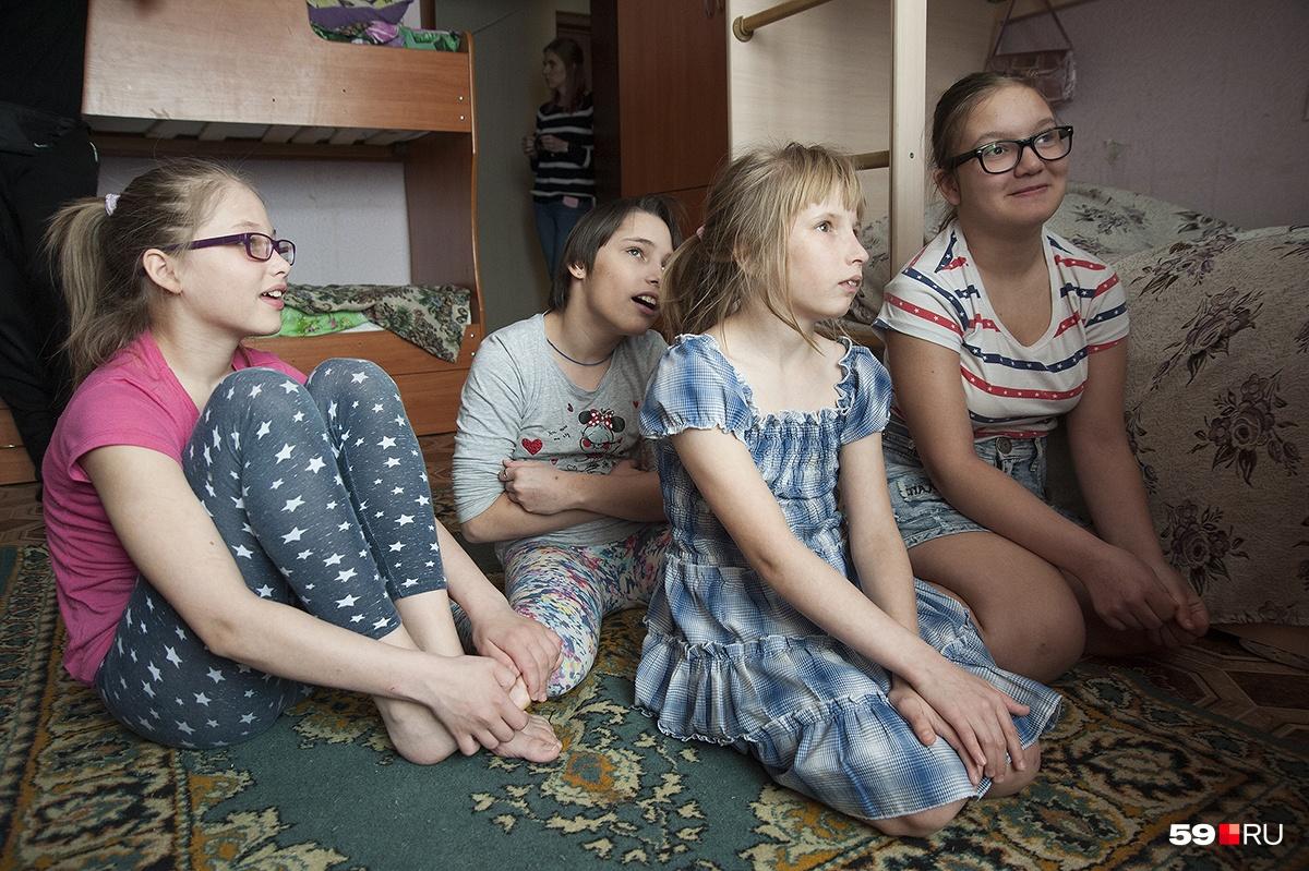 Слева направо: Алена, Белла, Настя, Эля