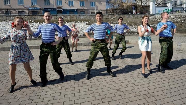 Девчонки в противогазах, залпы ракет и танцы: как Екатеринбург отметил День космонавтики