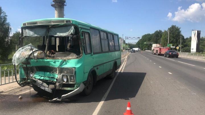 Под Нижним Новгородом маршрутка врезалась в «Газель» и три легковушки, пострадали два человека