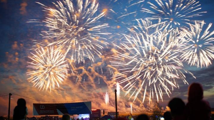 Тысячи омичей собрались в Чернолучье на фестивале фейерверков