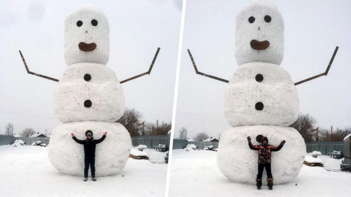 Южноуральцы слепили восьмиметрового снеговика