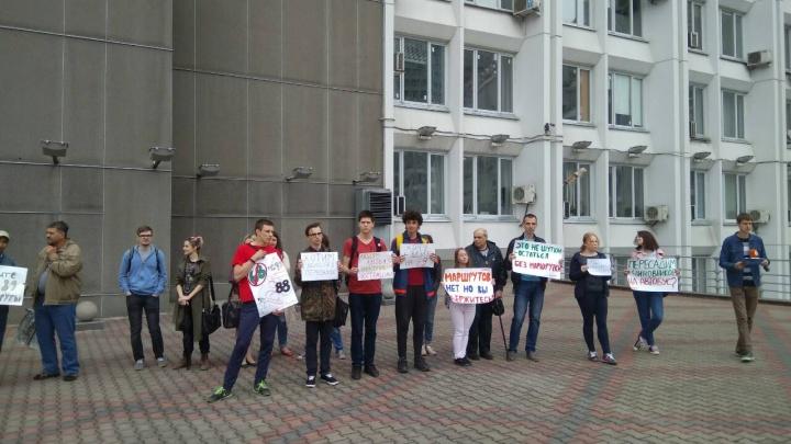 На пикет против отмены автобусных маршрутов пришли 15 человек