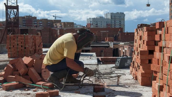 «Разобрали крышу и исчезли»: квартиру уфимки затопило дождем из-за неоконченного ремонта кровли